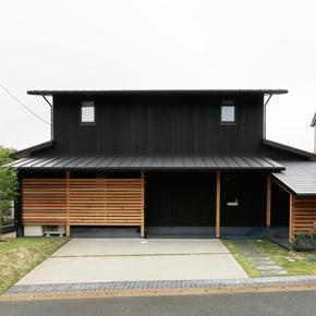 里山に馴染む民家デザインの人気が出ています。